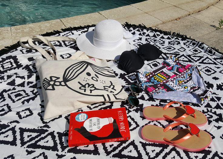 Découvrez les indispensables des l'été par @jenychooz : - des tote bags à 5€ pièces pour cahnger selon els envies et les humeurs,  - une paire de jolies tongs coeur à 7€ (il y en a de toutes les couleurs !),  - une paire de  tongs de plage bleues imprimées à 3€, - et un chapeau blanc à 6€.