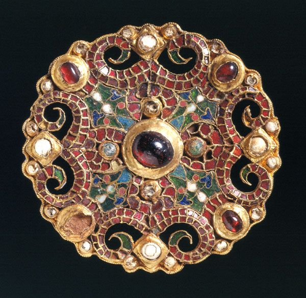 On July 18, 1969, during archaeological research in the Dutch town of Wijk bij Duurstede, this gorgeous gilded brooch was found at the bottom of a well. This piece of jewelry ended up there around 850, in the declining years of Dorestad, at a time when the town was plagued repeatedly by Viking raids.