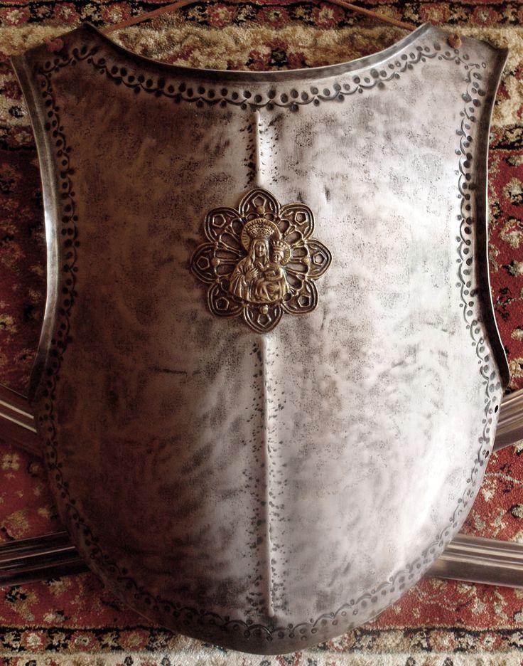 HUSSAR ARMOR - Pancerz husarski, wzorowany na kirysie króla Jana III Sobieskiego, w którym walczył pod Wiedniem. Zbroja z kirysem znajdowała się w Ordynacji Zamoyskich w Warszawie, spłonęła po niemieckim bombardowaniu w 1939 r. Całość ozdobiona jest wybijanym wzorem zębów i kółek- typowa ozdoba przy zbrojach husarskich. Zachowały się zaledwie 2 zdjęcia oryginalnego królewskiego pancerza.
