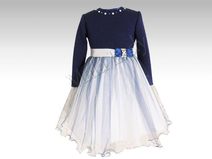 Stylowa sukienka Sofie to połączenie granatowej dzianiny żakardowej z tłoczonymi kwiatami oraz delikatnego tiulu w kolorze ecru. Góra sukienki udekorowana perełkami. Odszyta płótnem bawełnianym oraz podszewką. Sukienka posiada kryty zamek, długie rękawy oraz możliwość wiązania z tyłu sukienki szarfą w pasie. Sukienka dostępna jest również w kolorze ecru.