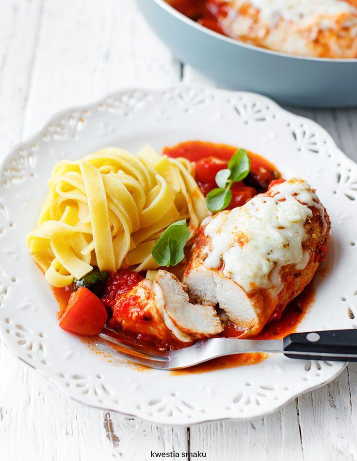 Filety z kurczaka w sosie pomidorowym z mozzarellą