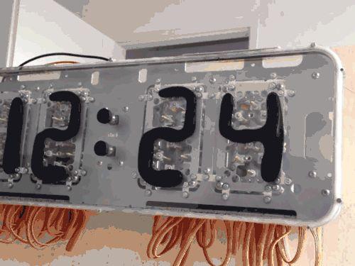 Rhei: Um Relógio Moderno De Monitor Com Líquido