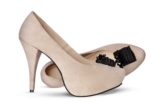 Evergreen beige pumps with a comfortable stiletto, juxtaposed with Black Waterfall accessory – Swarovski Crystals are the embodiment of glamour. More on: http://mysfashion.com