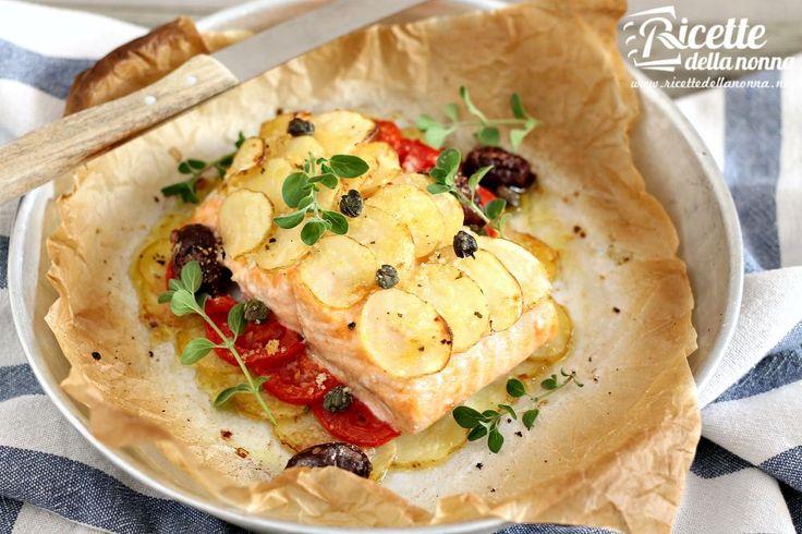 Il filetto di salmone al forno con le patate è una ricetta molto semplice con la quale cucinare alla perfezione il salmone rimanendo anche attenti alla linea.