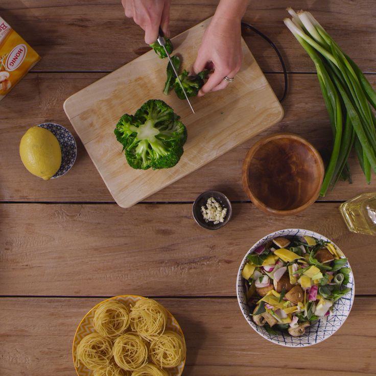 Ik eet het liefst Aziatisch. Met een druk werk- en privé-leven is het vooral belangrijk dat het avondeten snel, simpel en ook gezond is. Hier zie je hoe ik mijn favoriete recept maak, bami ketjap met gegrilde kip.
