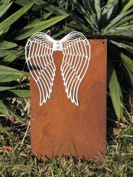 Edelrost Schild zum Selbstbeschriften mit Zinkflügeln  Wunderschönes Edelrost Schild mit ausgeprägten Engelsflügeln aus Zink als Dekoration für Haus und Garten.  Auch als Geschenk für gute Freunde und Bekannte eine tolle Idee.  Das Schild ist zum Hängen, Löcher zum Anbringen eines Bands oder für Draht sind bereits vorhanden.  Wir empfehlen das Beschriften mit Kreide oder dauerhaft mit einem weißen Lackstift.  Maße:      Höhe: 40 cm     Breite: 22 cm  Preis: 19,- €
