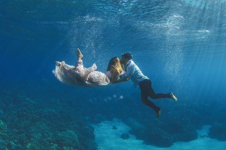 9 Breathtaking Engagement Photos Taken Underwater - Because on-land engagement photos are so last year.