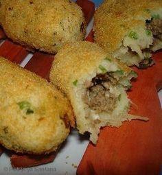 1 kg de mandioca - 2 gemas - 1 colher (sopa) de margarina - Cheiro verde a gosto picadinho bem pequeno - Sal, pimenta-do-reino - Recheio: - 200 g de carne moída - 1 cebola grande picadinha - 2 dentes de alho amassados - 200 g de mussarela ralada (no ralo grosso) - Cheiro verde a gosto - Sal e pimenta a gosto - Ovos e farinha de rosca para empanar - Óleo para fritar