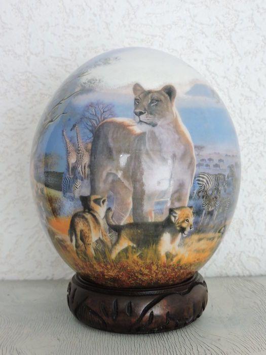 Een schitterende puntgave struisvogel ei. welke fantastisch is gedecoreerd - beschilderd. je ziet een tal van dieren bomen en planten op dit ei. de voet is van rozenhout welke ook bewerkt is, deze is inclusief dit kavel. na aankoop garandeer ik een perfecte aflevering wereld wijd