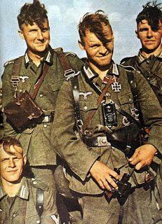 """La mode de cette fin des années 40 chez les soldats allemands est d'avoir une longue mèche dissimulée sous son casque , son calot ou sa casquette. En effet, si d'extérieur le soldat allemand est bien rasé sur les côtés, parfois même à blanc, il n'en est pas de même pour le haut. La mode Zazou est suivie de très près ! La musique et les artistes entraîne chez les nouvelles recrues de l'armée allemande, cette coupe très particulière à la """"houppette""""."""