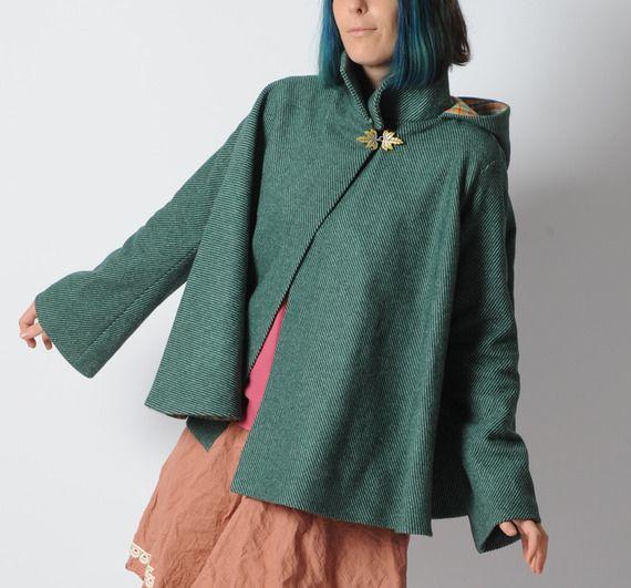 Cape verte à capuche pointue et manches évasées, lainage rayé - Taille 36 à 38