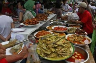Traditional Indonesian food on display at a bazaar in Central Jakarta's Bendungan Hilir market.