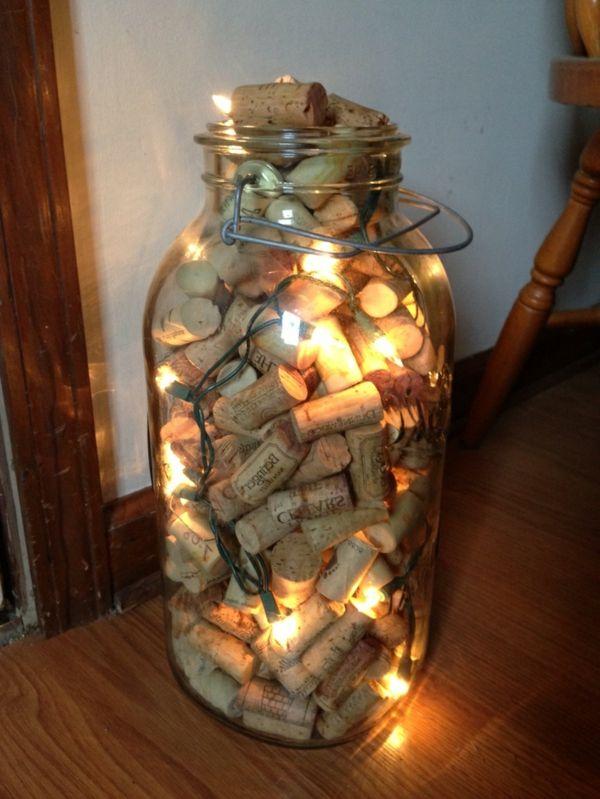 pot lumineux avec des bouchons du vin