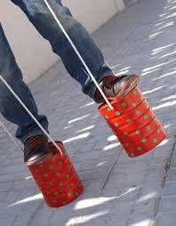 Zancos muy originales !! Consigue 2 tarros iguales, decóralos alegremente y con cuerdas que te permitirán sostenerlos, saldrás a caminar muy alto !!!!