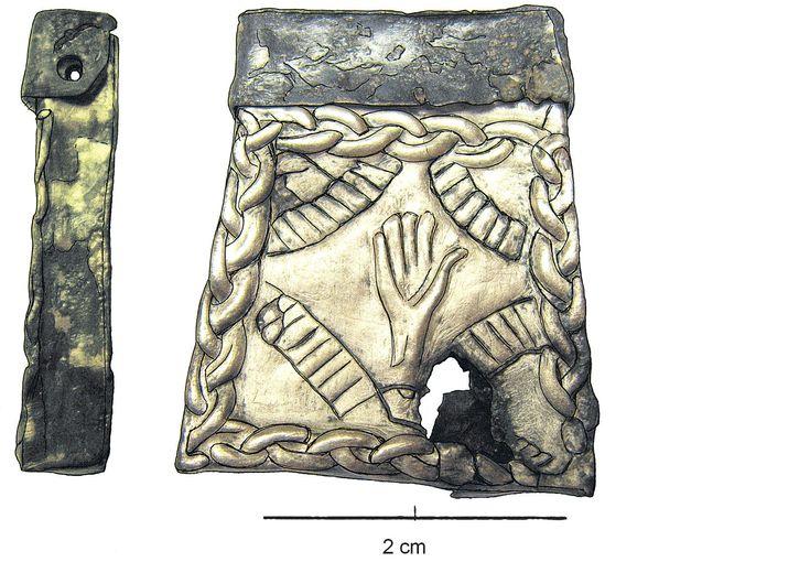 Kaptorga ze srebrnego naszyjnika z 14 kaptorgami ze skarbu w Dziekanowicach (woj.Wielkopolskie), X-XI w. Zaczerpnięte z artykułu: http://m2.lednicamuzeum.pl/aktualnosci/ratowanie-i-konserwacja-srebrnego-naszyjnika_303.html