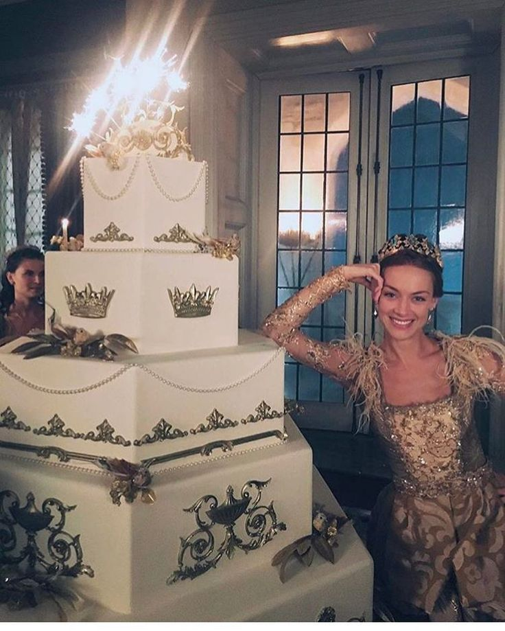 """5,409 curtidas, 22 comentários - Meredith Markworth-Pollack (@meredith_costumes) no Instagram: """"Reign Season 4 airs Friday, the best season yet in my humble opinion. Queen Lizzy here in her…"""""""