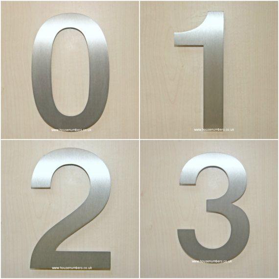 Geborsteld RVS huisnummers met verborgen bevestigingen in het moderne lettertype Helvetica. Deze huisnummers zijn laser gesneden uit 3mm 304 roestvrij staal en zijn fantastische kwaliteit. Verkrijgbaar in twee maten. Klein 95mm hoog en groot 150 mm hoog. Het perfecte RVS huisnummer zodat deze overeenkomen met de architectonische details op uw huis kopen. Gemaakt in Engeland en hand afgewerkt met liefde, deze huisnummers worden compleet geleverd met onze alle metalen vaststelling systeem…
