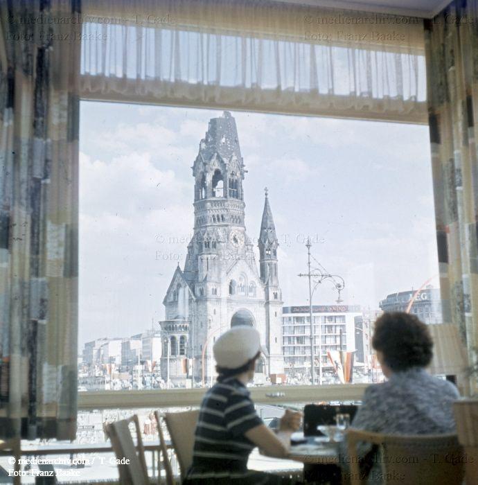 Berlin-Kudamm (Hohler Zahn) 1960 Berlin Blick aus einem Cafe Breitscheidplatz Charlottenburg Deutschland Germany Kaiser-Wilhelm-Gedächtniskirche Kudamm Kurfürstendamm medienarchiv.com fotos