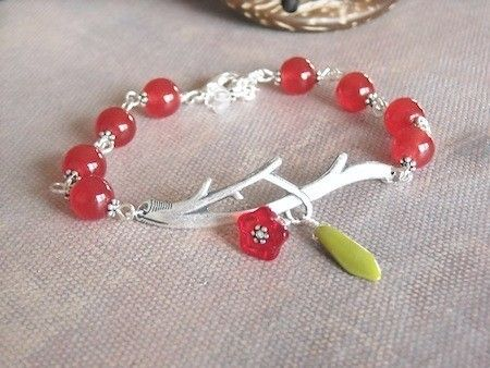 A sweet and delicate bracelet.This adorable bracelet features a silver plated branch