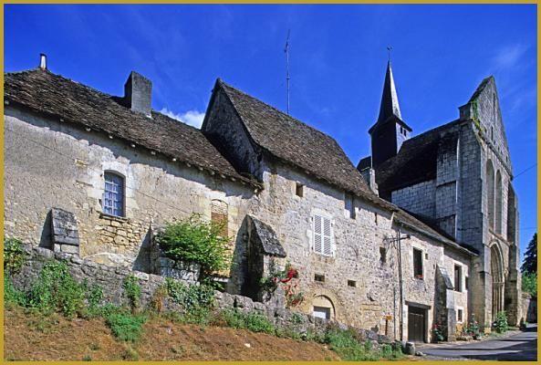 Angles-sur-l'Anglin du hameau de Sainte-Croix avec ses maisons en pierre aux puissants contrefort dominées par la chapelle Sainte-Croix, vestige d'un monastère du XI e siècle.