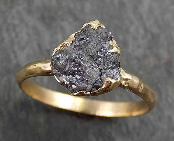 RAW organische Conflict gratis diamanten als individuele als u zijn! Een rustieke een van een soort steen en het instellen van even uniek als u zijn. Geen twee zijn ooit hetzelfde. Ik maakt de instelling in wax dan gegoten het mezelf in mijn thuis studio. Ik zorgvuldig de hand gesneden elke prong zodat deze overeenkomen met de unieke vorm van de steen. Geen twee ringen zijn ooit precies hetzelfde. Deze ring is beschikbaar hier, het werd gegoten in massief 14 k goud. Dit Grey / black di...