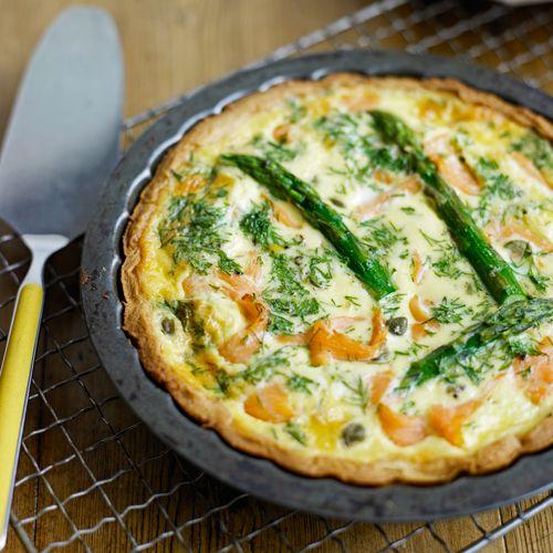 Lekker easy, deze quiche met asperge en zalm maak je in een mum van tijd. Serveer met een groene salade.    1. Verwarm de oven voor op 200ºC.    2. Bekleed een pasteivorm(ø 18 cm) met het deeg en bakhem 10 min. blind, en dan...