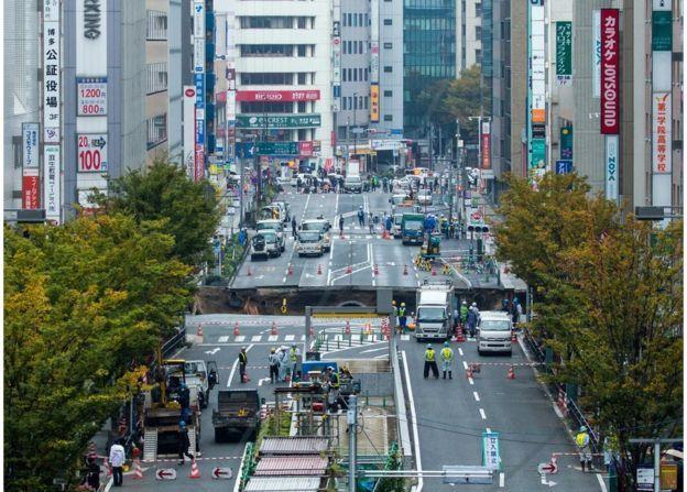 Plotselinge mudpond in Fukuoka - http://koiquestion.com/nl/2016/11/09/plotselinge-mudpond-fukuoka/ #Fukuoka, #Kyushu, #Mudpond, #Sinkhole