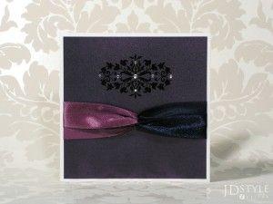 Metalizowany śliwkowy to niekonwencjonalny kolor zaproszenia dla odważnej pary.