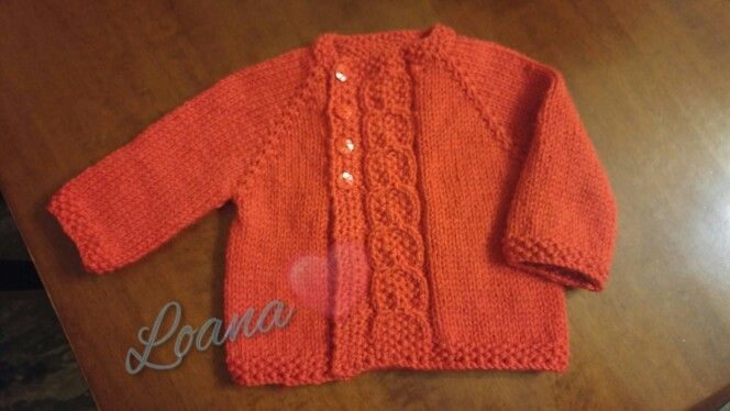 Cardigan topdown neonato neonata bimbo bimba rosso in lana. Abbottonatura laterale e bottoni a fiorellino. Tecnica ferri.