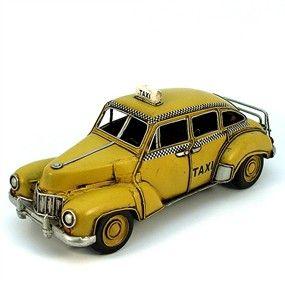 En cuantas y cuantas películas de New York hemos visto los llamativos taxis amarillos circulando por las avenidas de la gran manzana.    Aquí tienes una genial réplica de uno de los mas conocidos taxis de todo el mundo, el de la ciudad de los rascacielos.    Realizado en chapa y por supuesto no es un juguete para niños pequeños.