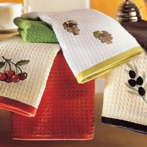 Хорошая хозяйка любит чистоту и порядок. Но с въевшейся грязью на кухонных полотенцах не всегда удается справиться. А пользоваться одноразовыми - очень накладно.На ведро кипящей воды добавляю 2 ст. л…
