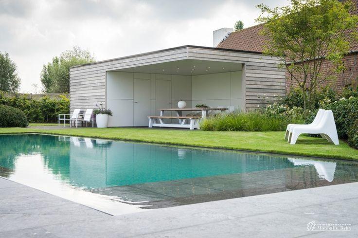 Aangelegde tuinen door tuinonderneming Monbaliu - Tuin in landelijke omgeving met zwembad en strak bijgebouw omkaderd met groene structuren