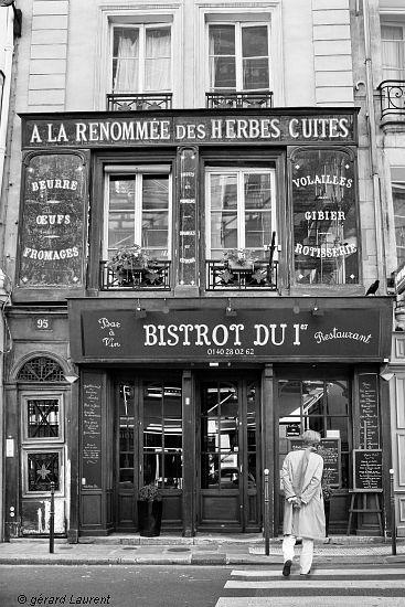 """Paris 1er - A la renommée des herbes cuites -  Parmi les anciennes boutiques conservées du vieux Paris, c'est l'une des plus belles. Immeuble et façade sont  classés. Les panneaux peints derrière des vitres s'appellent des """"fixés"""" et nous rappellent la belle époque des fameux """"BOF"""", ces commerces de beurre, oeufs et fromages"""