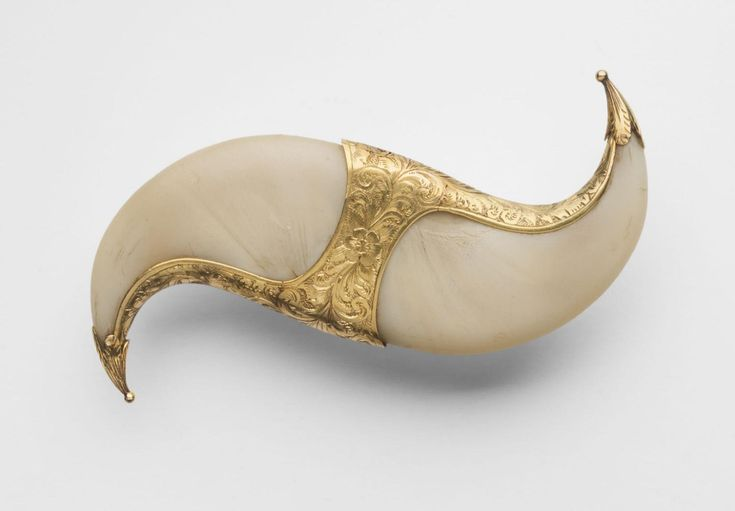 Double Tiger Claw Brooch. India - 19th century. Tiger claws, gold.