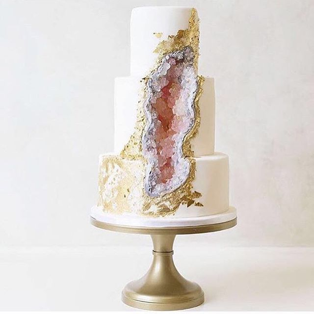 Are You a bride to be? How amazing is this wedding cake with a druzy geode…