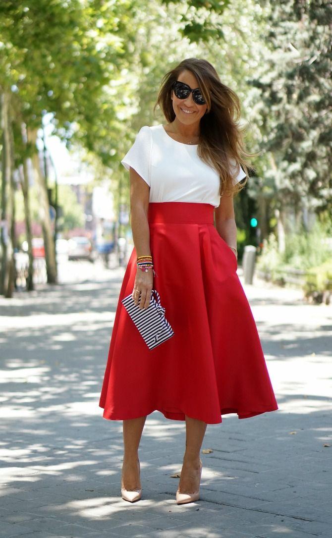 Estefanía, del blog Con 2 tacones, luciendo una falda midi roja de Nubbe Clothes.