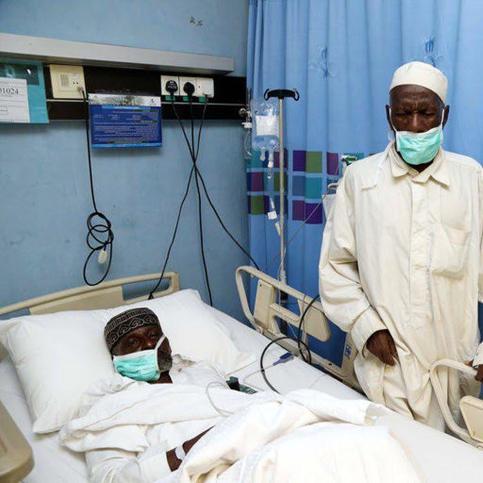 Abdourachidi Tchiroma claudique. Son pied droit, très enflé, le fait souffrir. Il marche lentement, en posant ses pieds avec précaution, sur la route boueuse du quartier New-Bell,