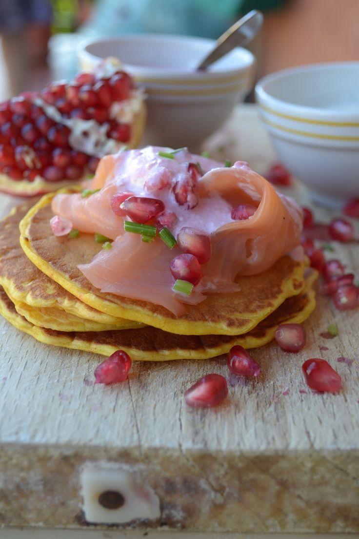 Ricetta pancake salati con salsa al melograno e salmone selvaggio. Un antipasto veloce