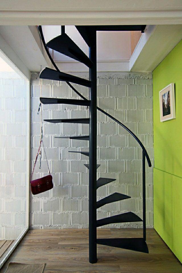 Escalier noir en spirale petit espace