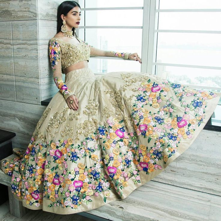 The floral and dabka work on this lehnga