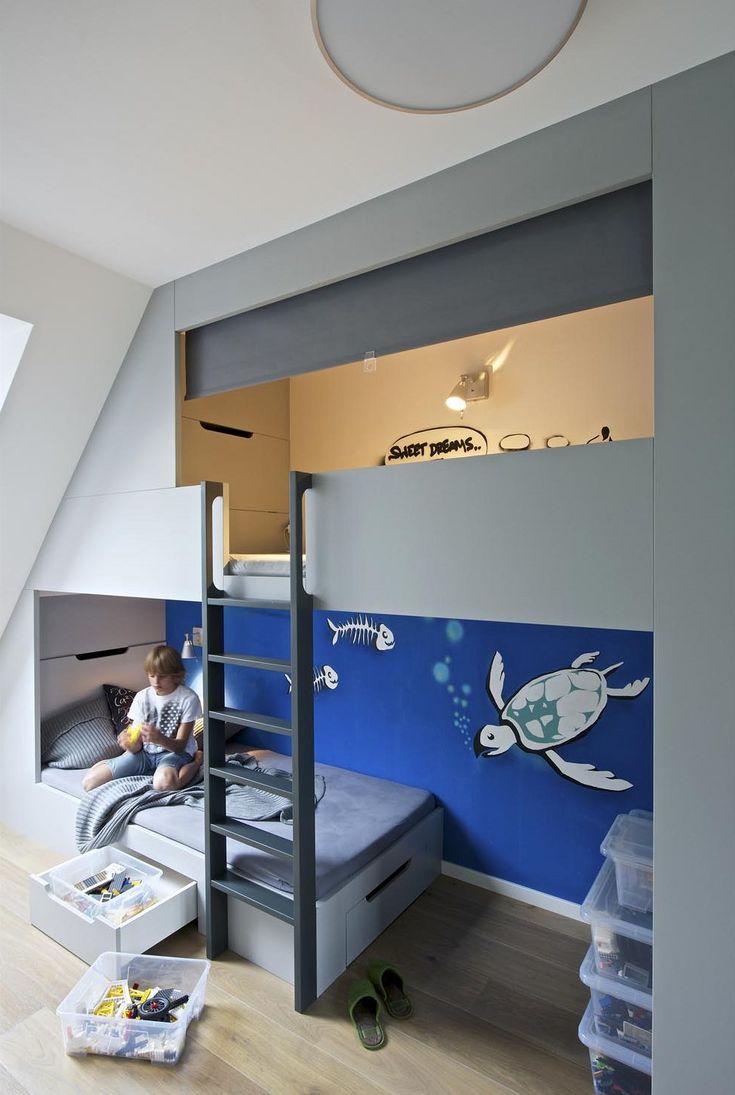 Pokoj desetiletého Pavlíka je dokonalý – dvoupatrová postel vyrobená na míru, schůdky, jejichž barva koresponduje s barvou všech nábytkových úchytů, svěží zábavné dekorace na zdech a místo pro všechno, co každý kluk musí mít.