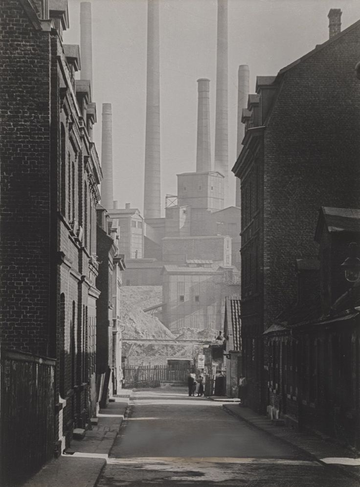 In the years 1927–1935, Albert Renger-Patzsch, one of the most important photographers of the New Objectivity school, took a comprehensive series of photographs in the Ruhr area depicting the outskirts of towns, landscapes of spoil pits, country roads, backyards and suburban houses, allotments and coal mines.