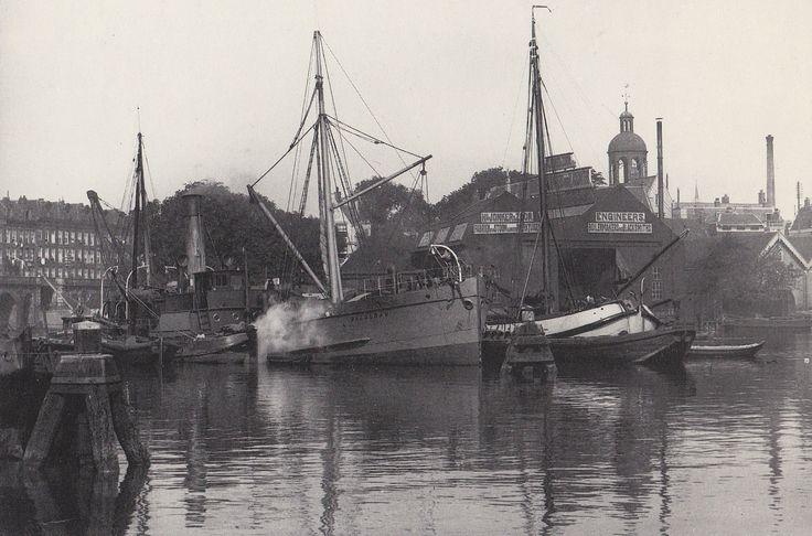 Amsterdam, 1899. Het water van het Westerdok met links het viaduct van het Bickersplein Rechts is de werktuigenfabriek van Hendrik Jonker te zien en de toren van de Elandskerk.