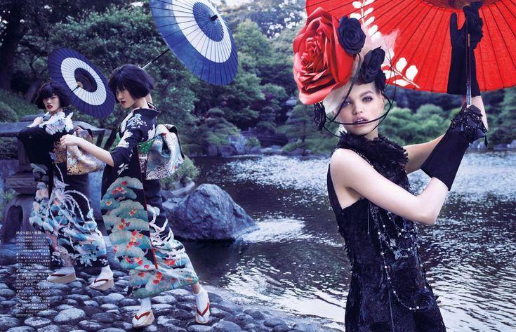 LA FREGOLA GIAPPO. La fregola di oggi guarda a Oriente: draghi, fiori di pesco, acconciature improbabili, elegantissimi kimono di seta, cinture obi, ombrelli di carta, geta di legno o di plastica per vestire i panni di una geisha. (Anche se poi il portamento resterà sempre quello di un Samurai). Quante volte l'abbiamo sognato guardando gli abiti di Zhang Ziyi che versava il tè nellUki-o? Finalmente l'hanno capito anche gli stilisti. Hai, Miuccia-San, grazie per aver reinterpretato i volumi e…