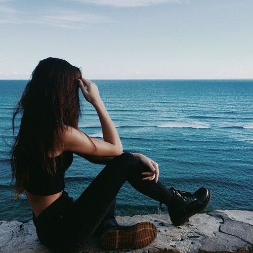 Hipster or neo grunge? All black: crop top, skinny jeand and Doc Martens. Via Know your rights