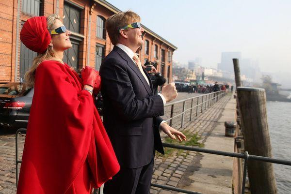Koningspaar ziet zonsverduistering in Hamburg|Binnenland| Telegraaf.nl