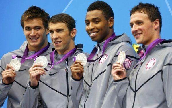 Francia le arrebató el oro al equipo de natación de EE.UU. con Phelps