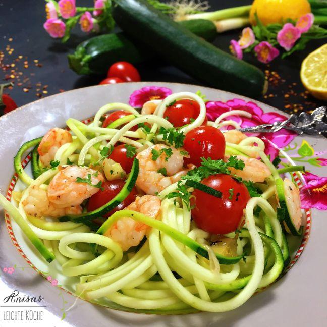 """Ein sehr leichtes Rezept und perfekt, wenn es bald schön warm wird, """"Zoodels mit Garnelen und Tomaten"""". Wenn ihr möchtet, könnt Ihr die Garnelen vorher noch marinieren. Aber ich finde, …"""