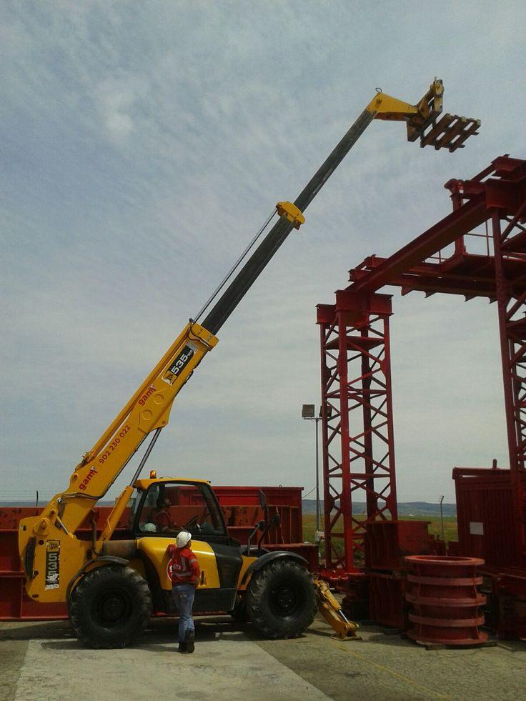 Curso de manipulador telescópico en Ale Heavylift Ibérica en Daganzo de Arriba (Madrid). También se utiliza el equipo para situar la carga a grandes alturas sin necesidad de grua.