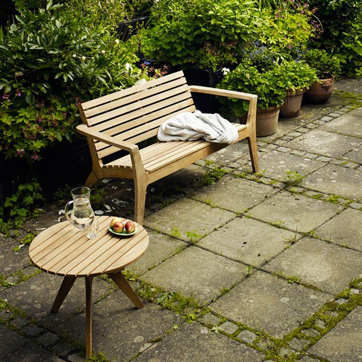 Regatta soffa tillverkad i teak. Serien Regatta är designad av Hans Thyge, och är både vacker och bekväm. Regatta erbjuder en avslappnad loungestämning på terrassen eller på din uteplats i trädgården. Den är tillverkad av massiv teak som inte bara är elegant att se på, utan också är ett perfekt material för trädgårdsmöbler, för att behålla sitt utseende och funktionalitet år efter år.